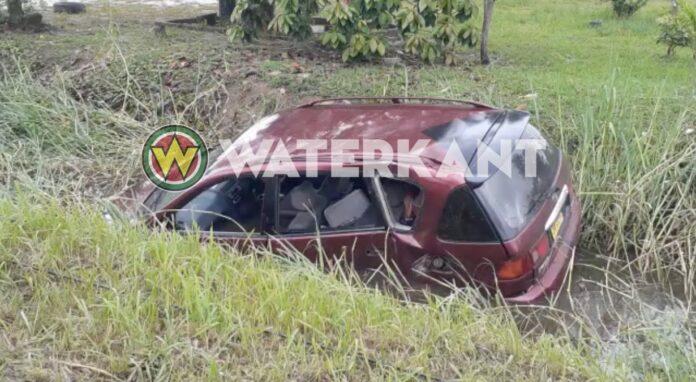 VIDEO: Automobilist rijdt stroompaal kapot en eindigt in goot
