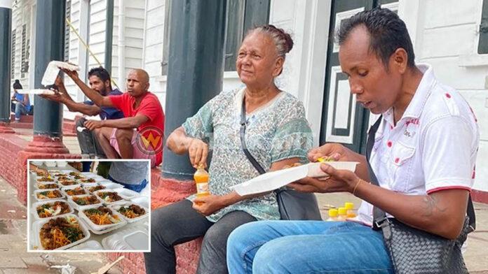 Warme maaltijd en drankje voor dak- en thuislozen in Paramaribo