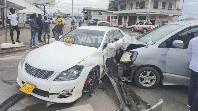 VIDEO: Bestuurder zonder rijbewijs rijdt twee andere voertuigen aan