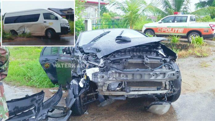 Buschauffeur BBS komt haastig op de weg en veroorzaakt aanrijding met flinke schade