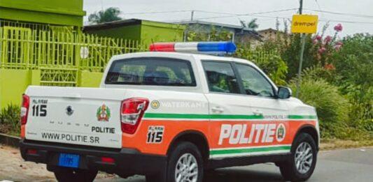 politie-auto-op-straat-suriname