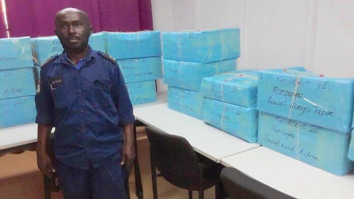 Stembiljetten Marowijne vandaag naar hoofdstembureau te Albina