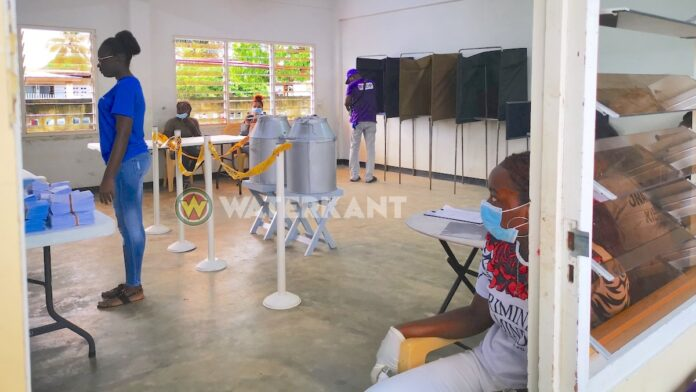 COVID-19 voorschriften in acht genomen op stembureaus