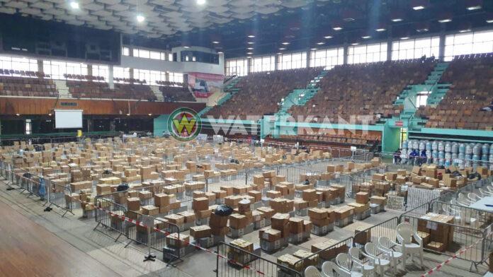 Aanhangers politieke partijen blijven overnachten in NIS na stopzetten telling