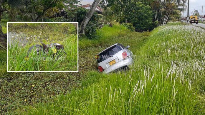 Auto en bromfiets eindigen in goot na verkeersruzie