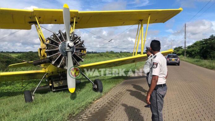 Vliegtuig maakt noodlanding op de weg