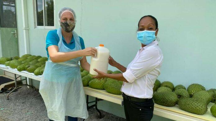 Familie Donk schenkt zuurzaksap aan coronapatiënten Wanica Ziekenhuis