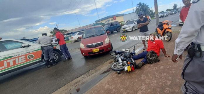 Automobilist slaat plotseling af en rijdt bromfietser aan