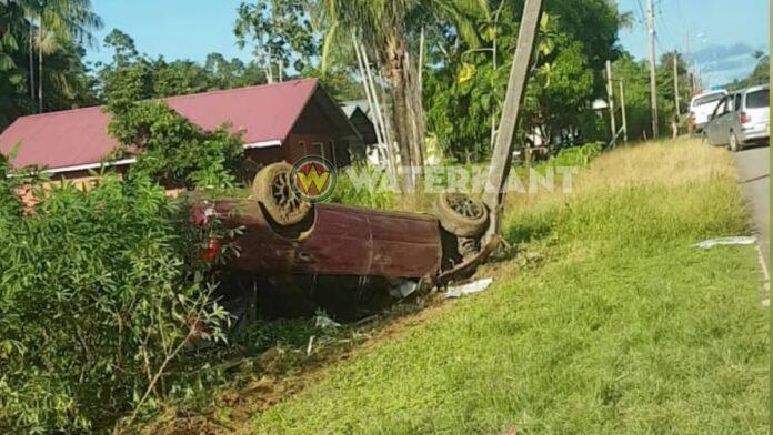 Bestuurder zonder rijbewijs over de kop, vier gewonden