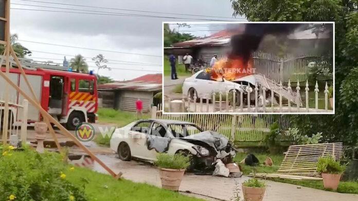 VIDEO: Auto knalt tegen stroompaal en vliegt in brand