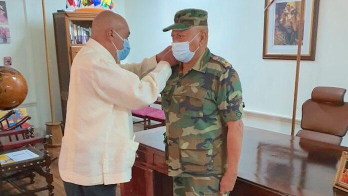 Minister Benschop eerste en enige Surinamer met hoogste militaire rang