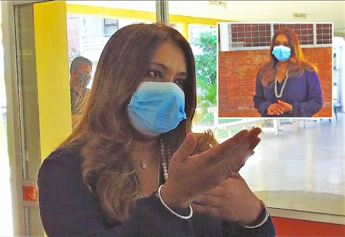 Mevrouw Santokhi overhandigt steunpakketten aan Huize Albertine