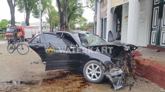 Mercedes knalt met hoge snelheid tegen gebouw in de stad