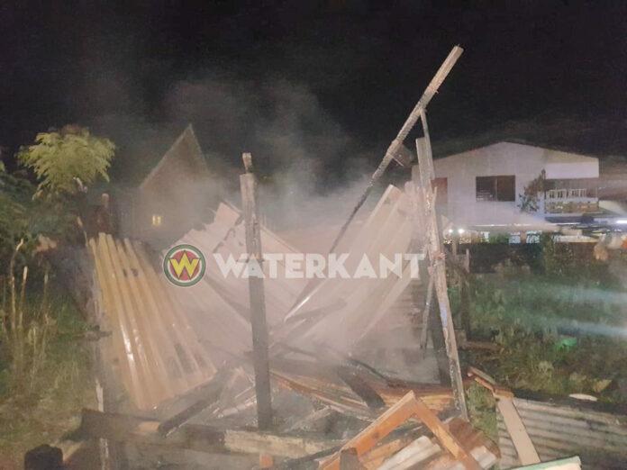 Kleine houten woning volledig verwoest door brand
