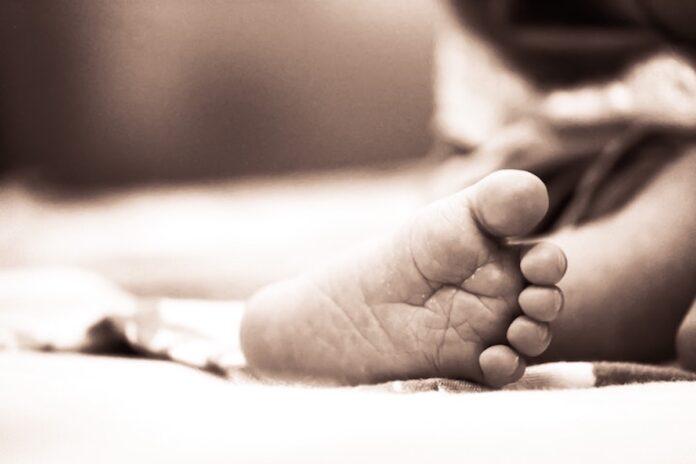 Kindje van 15 maanden verdronken in goot te Albina