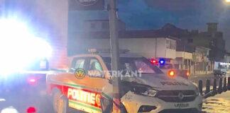 Politiewagen ramt EBS stroompaal in centrum van Paramaribo