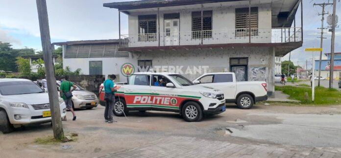 Ondernemer tijdens rijden in auto beschoten