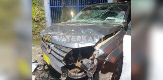 VIDEO: Pick-up doorboort schutting; bestuurder spoorloos verdwenen