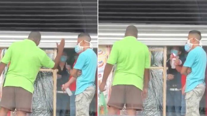 VIDEO: Burger slaat Chinese man bij winkel die vloeistof op hem spuit