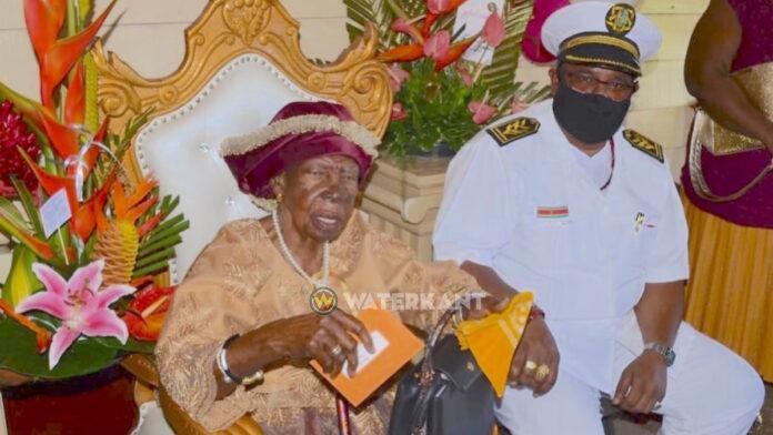 100-jarige mevrouw Landveld gehuldigd door dc Nerkust