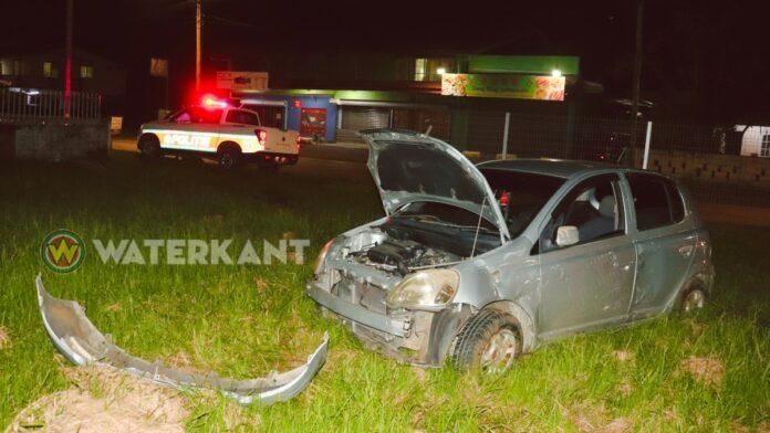 Auto doorboort schutting na misgelopen inhaalmanoeuvre