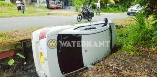 Auto en bromfiets belanden in goot na aanrijding