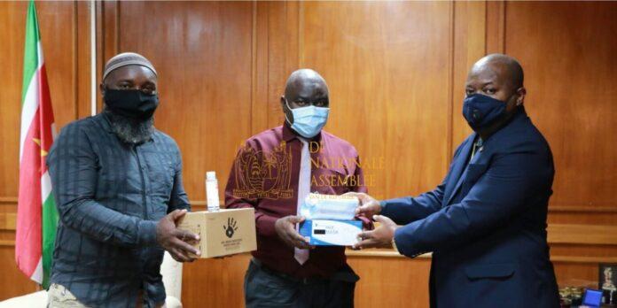 Ondernemers binnenland doneren goederen aan parlement van Suriname