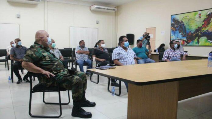 Minister Sewdien praat met Visserijsector
