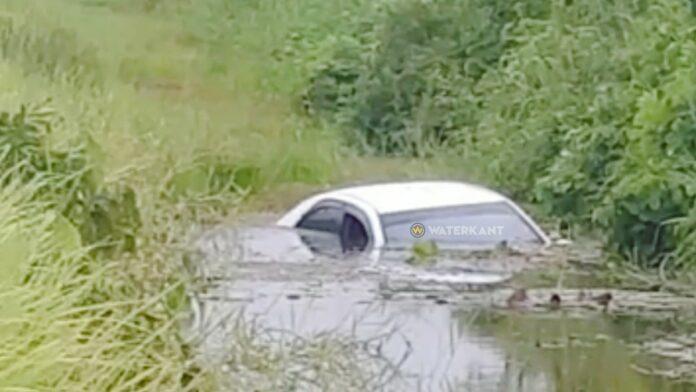 Snelheidsduivel belandt met auto in trens langs Nieuw Weergevondenweg