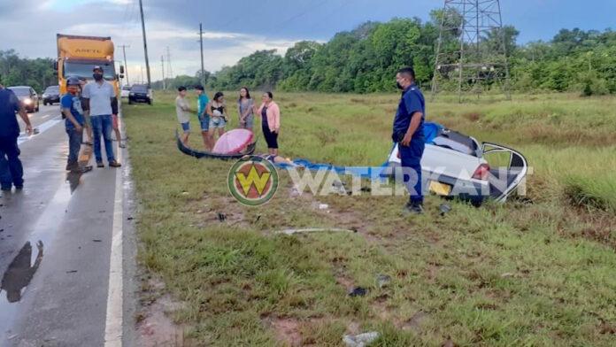 Dode bij zware aanrijding tussen drie voertuigen op Afobakaweg