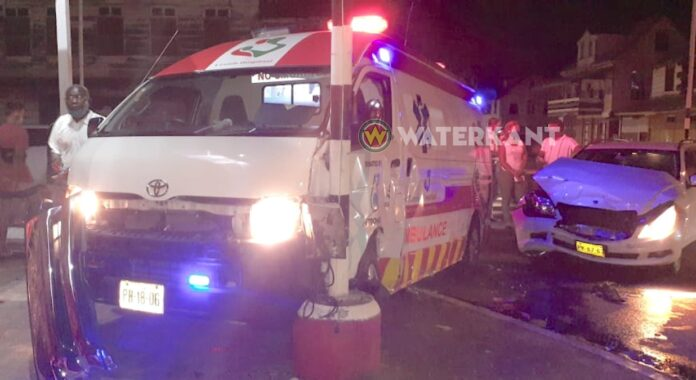 VIDEO: Auto rijdt ambulance die kindje vervoerde aan in centrum Paramaribo