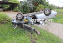 Automobilist verliest controle over stuur en eindigt op z'n kop op inrit