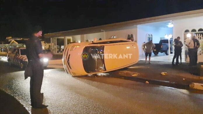 Auto belandt op z'n zij bij inrit van woonhuis