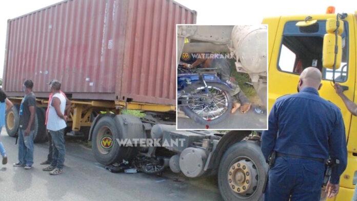 VIDEO: Bromfietser onder vrachtwagen beknelt geraakt bij aanrijding