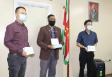Chinese verenigingen in Suriname doneren aan Volksgezondheid