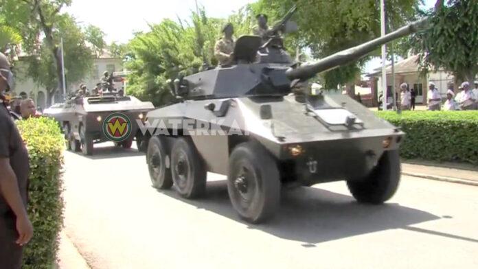Defilé gewapende machten voor nieuwe regering in Suriname