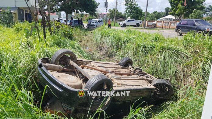Auto belandt ondersteboven in goot na aanrijding