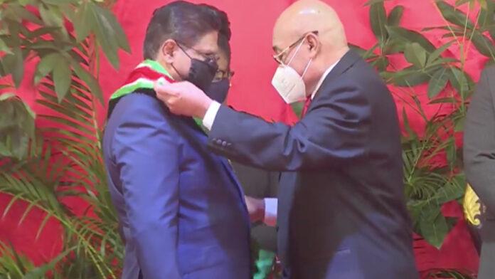 Bouterse draagt presidentschap officieel over aan nieuwe president Santokhi