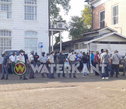 Ontevreden politieagenten verzamelen zich bij gebouw justitie
