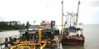 staatsolie-boot-op-rivier-suriname