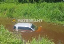 Taxi 'duikt' het water in na aanrijding
