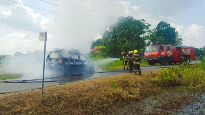 Albina taxi in brand gevlogen en volledig uitgebrand