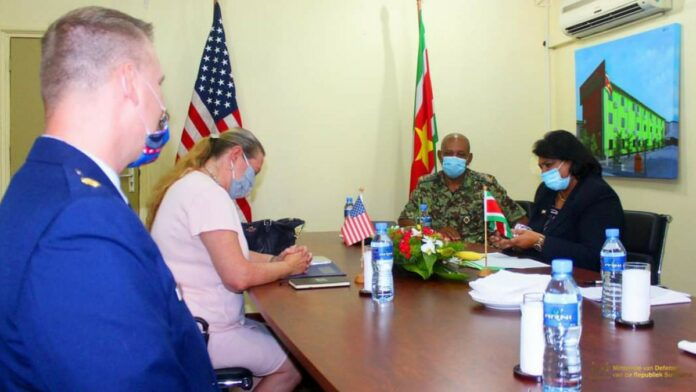 Amerikaanse ambassadeur Williams brengt beleefdheidsbezoek aan minister Mathoera