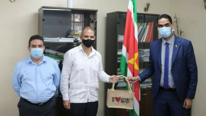 Cubaanse ambassadeur brengt bezoek aan minister Volksgezondheid