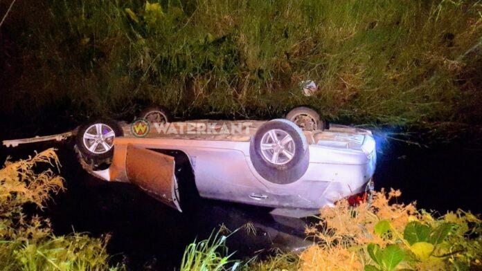 Dronken bestuurder ramt garage en belandt met auto op de kop in trens