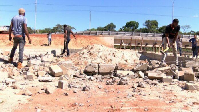 Illegale bouwwerken op bermen verwijderd door Openbare Werken