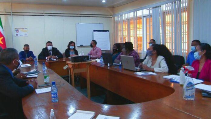 Vaste parlementaire commissie Biza bezoekt minister Somohardjo