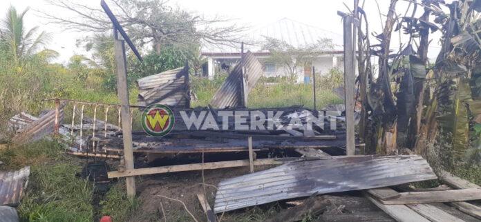 Man steekt houten woning in brand en vlucht