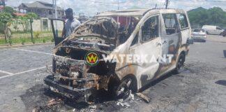 VIDEO: Busje in brand gevlogen en volledig uitgebrand