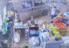VIDEO: Beveiligingscamera legt vast hoe busje winkel binnen rijdt
